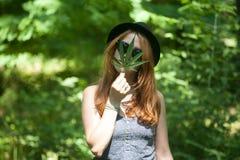 有大麻的妇女 库存照片