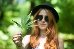 有大麻的妇女 免版税库存图片