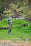 有大头短棒的保加利亚牧人在领域- 09-04-2016 - Bistrets,保加利亚 免版税图库摄影