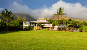 有大绿色草坪的家 免版税库存照片