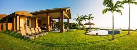 有大绿色草坪的家 免版税图库摄影