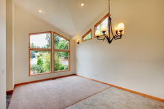 有大wndow的大新的空的客厅 免版税库存图片