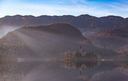 有天主教的看法海岛在流血的湖 Bled是其中一个最惊人的旅游胜地在斯洛文尼亚 概念冬天Lan 免版税库存图片