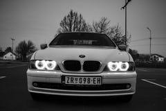 有天使眼睛的BMW E39 免版税库存照片