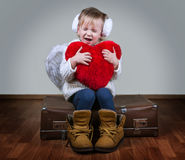 有天使翼和心脏的小女孩 免版税库存照片
