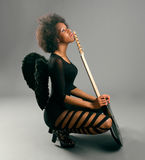 有天使翼和电吉他的美丽的黑人女孩 库存照片