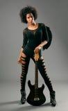 有天使翼和电吉他的美丽的黑人女孩 图库摄影