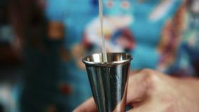 有天才的侍酒者是积土玻璃与在夜酒吧的酒精饮料 股票视频