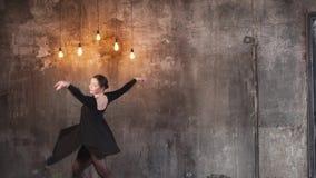 有天才的妇女实践舞蹈移动 股票视频