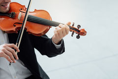 有天才的小提琴手独奏表现 免版税库存图片