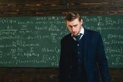 有天才的数学家 天才解决的数学问题 老师聪明的学生intrested算术物理精密科学 免版税库存照片