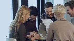 有天才的男性乘员组和女性事务合作休息获得乐趣和耍笑在工休期间 股票录像