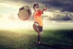 有天才的足球孩子 免版税库存照片