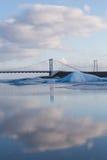 有天空反射的冬天盐水湖与吊桥,冰岛 库存图片