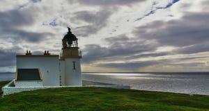 有天空和剧烈的云彩的Stoer灯塔 免版税图库摄影