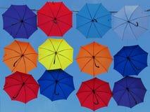 有天空的五颜六色的伞在背景中 免版税库存照片