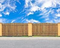 有天空的木篱芭 免版税库存照片