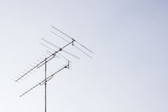 有天空的电视天线 免版税图库摄影