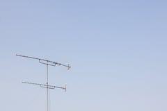有天空的电视天线 免版税库存图片