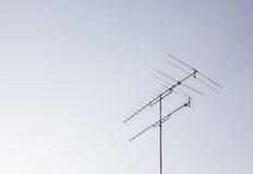 有天空的电视天线 免版税库存照片