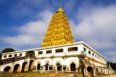 有天空的菩提伽耶塔 免版税库存图片