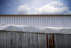 有天空的锌篱芭背景的 免版税库存照片