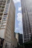 有天空空白的具体密林大厦之间 免版税库存图片