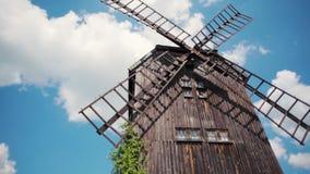 有天空蔚蓝和云彩的特写镜头传统古色古香的木风车在夏天 股票视频