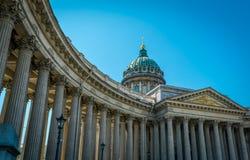 有天空蔚蓝的喀山大教堂在圣彼德堡,俄罗斯 库存图片