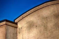 有天空蔚蓝的抽象修造的墙壁 库存图片