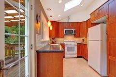 有天窗和罢工甲板的明亮的厨房室 图库摄影