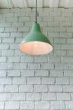 有天花板灯的砖具体室 免版税库存图片