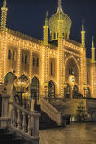 有天鹅的圣诞节设施在摩尔人宫殿前面在Tivoli庭院里 库存图片
