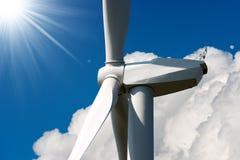 有太阳光芒的风轮机 免版税库存照片