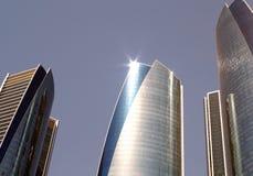 有太阳反射的摩天大楼 背景现代都市 库存照片