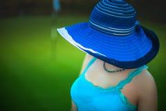 有太阳帽子的美丽的少妇享受她的暑假的我 免版税库存照片