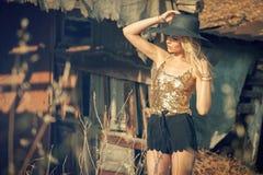 有太阳帽子的美丽的年轻白肤金发的妇女 图库摄影