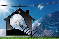 有太阳电池板和电灯泡的式样议院 库存照片