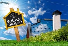 有太阳电池板和输电线的议院屋顶 库存照片