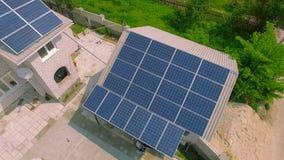有太阳电池板的农村房子在屋顶 股票视频