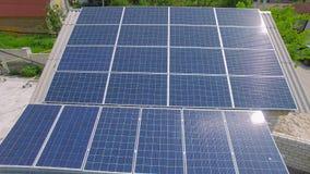 有太阳电池板的空中农村房子在屋顶 影视素材