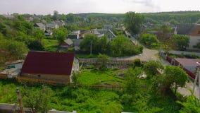 有太阳电池板的空中农村房子在屋顶 股票录像