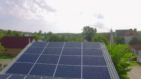有太阳电池板的空中农村房子在屋顶 股票视频
