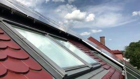 有太阳电池板的议院屋顶在上面 影视素材
