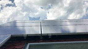 有太阳电池板的议院屋顶在上面 股票录像