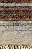 有太阳的光条纹的一个砖墙创造织地不很细墙壁的 免版税库存图片