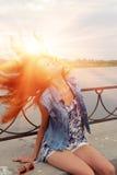 有太阳的红头发人妇女在她的beautyful头发 免版税图库摄影