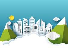 有太阳的Origami市,云彩和山在蓝天裱糊艺术 免版税库存图片