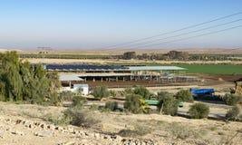有太阳能集热器的牛棚在屋顶 库存图片