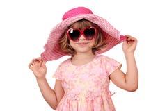 有太阳镜的美丽的小女孩 免版税库存照片